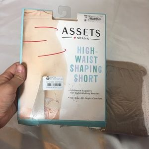 NWT Assets Spanx High waisted shaping short size 4